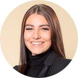 Für Celina war schnell klar, dass sie eine Ausbildung bei der Deutschen Bank beginnen möchte. Hier erzählt sie, wie das Unternehmen Azubis auf Prüfungen und den Berufsalltag vorbereitet.