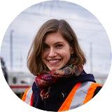 Dana Hempel wollte einen Beruf mit Zukunft erlernen. Die Ausbildung bei der Deutschen Bahn hat ihr dieses Ziel ermöglicht. Hier erzählt die Eisenbahnerin über ihre Anfänge im Unternehmen als Azubi.